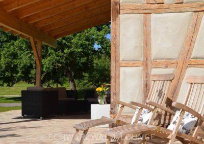 Chalet Lindenbuch: Die Terrasse mit zwei Liegestühlen