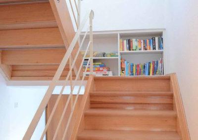 Ferienhaus Brestenberg: Treppenaufgang mit Bücherregal und Spielen