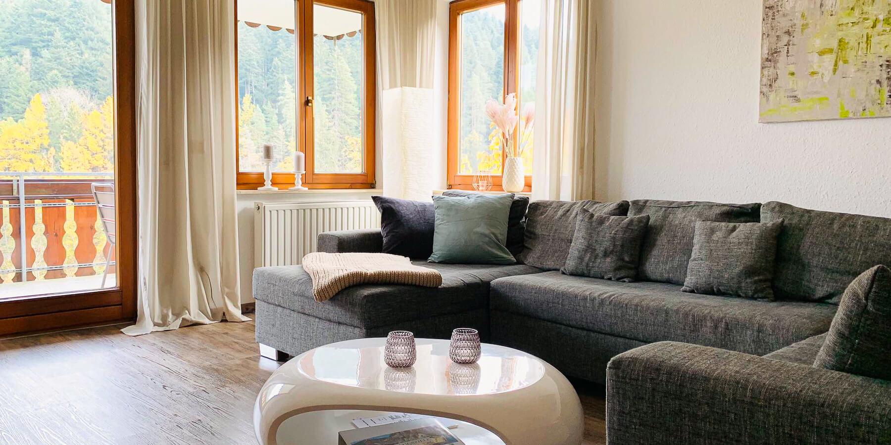 Wellness-Appartment Waldwiese im Schwarzwald: Wohnzimmer mit Balkon und Blick auf den Wald