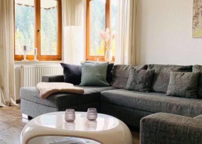 Wellness-Apartment Waldwiese: Das kleine Schlafzimmer mit Doppelbett und Blick auf den Wald