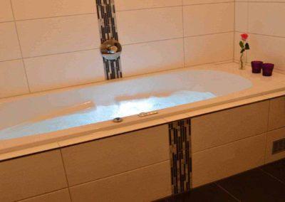 Wellness-Apartment Waldwiese: Wellness pur: Der Whirlpool mit Beleuchtung sorgt für Entspannung