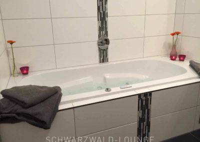 Wellness-Apartment Waldwiese: Der Whirlpool bei Tageslicht mit Handtüchern (von uns gestellt)