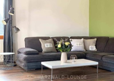 Luxus-Ferienwohnung Bergsee: Die moderne Sitzgruppe im Wohnzimmer