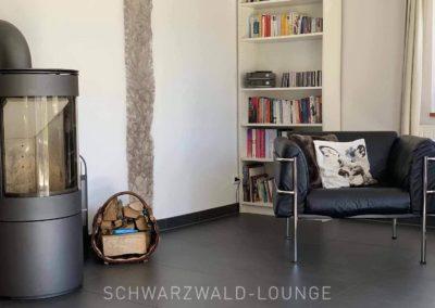 Chalet Lindenbuch: Die Leseecke mit Kamin im Wohnzimmer