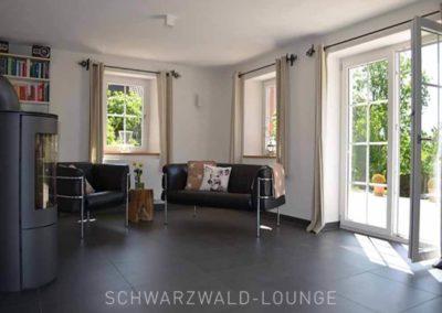 Chalet Lindenbuch: Das Wohnzimmer mit Doppeltür zur Terrasse