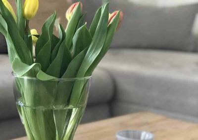 Chalet Lindenbuch: Detailansicht aus dem Wohnzimmer: Couchtisch mit Blumen