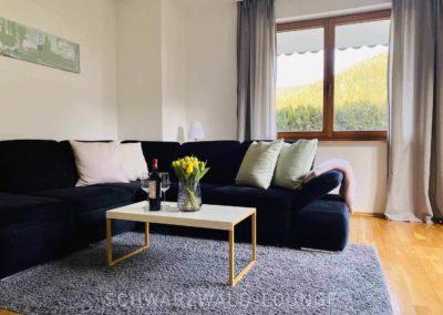 Ferienwohnung Kinzigtal: Das gemütliche Ecksofa im Wohnzimmer mit blick aus dem Fenster