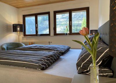 Schwarzwald Ferienhaus Busems Bad Peterstal Griesbach Schlafzimmer mit Blumen