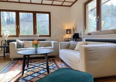 Schwarzwald Ferienhaus Busems Bad Peterstal Griesbach Wohnzimmer mit Couch und Sessel